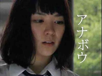 伏し目がちな吉谷彩子